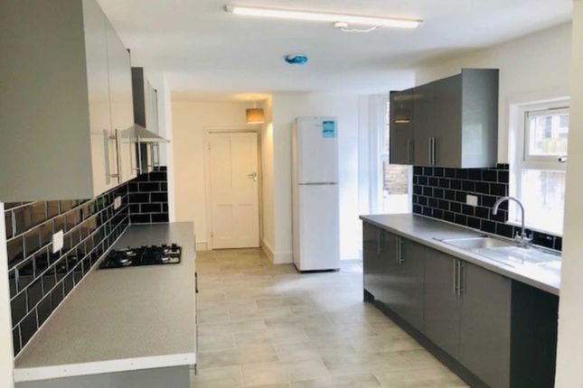4 bed detached house to rent in East Road, Stratford E15