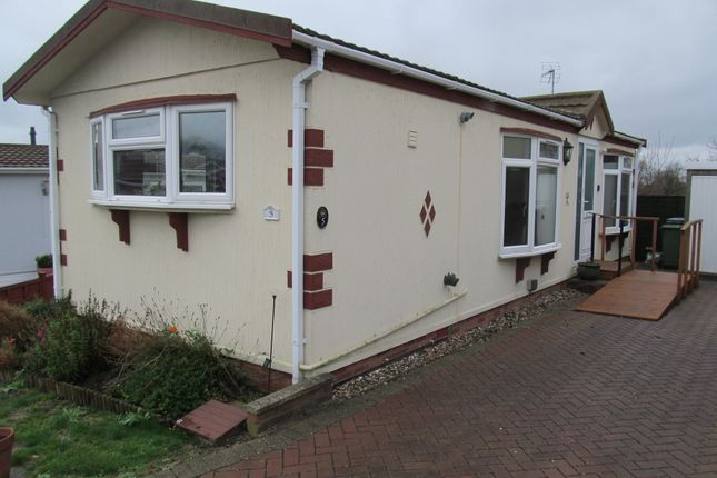 Thumbnail Mobile/park home for sale in Brookfield Park, Tottenhoe, Dunstable, Bedfordshire
