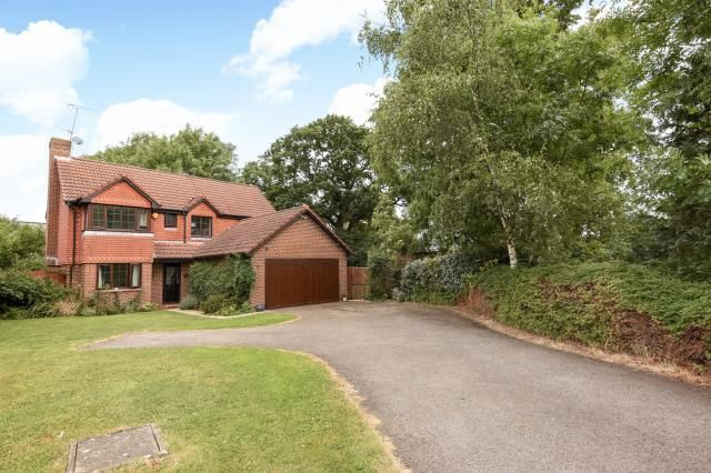 Thumbnail Detached house to rent in Woodward Close, Winnersh