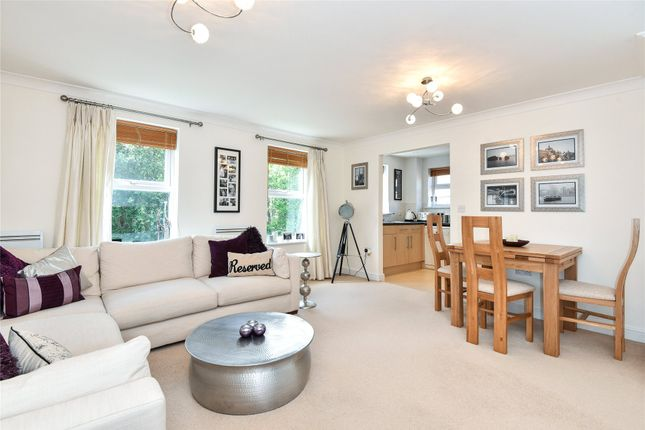Thumbnail Flat to rent in Heath Hill Road South, Crowthorne, Berkshire