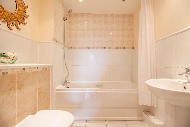 Bathroom of Luscinia View, Napier Road, Reading RG1