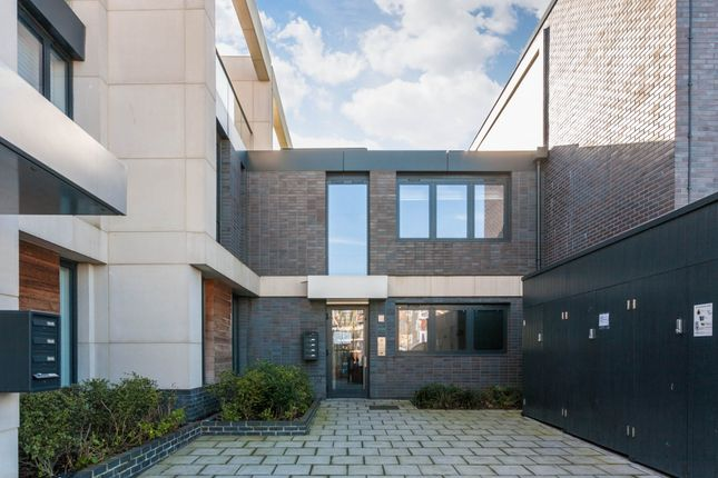 Thumbnail Flat for sale in Hawthorne Crescent, London