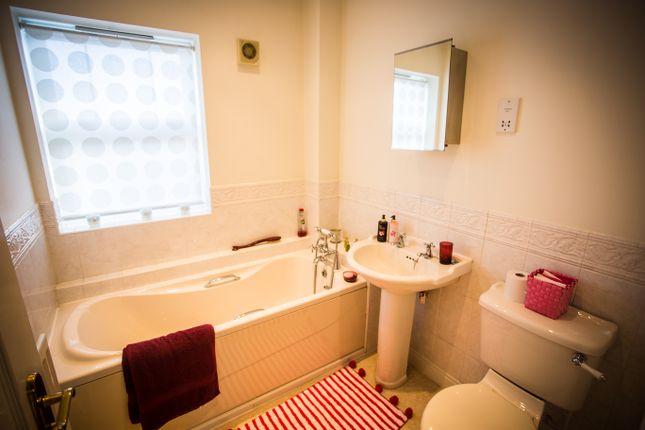 Family Bathroom of Drayman Close, Walsall WS1