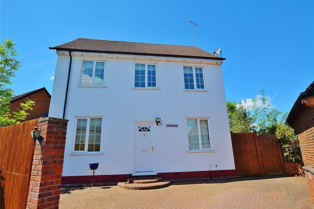 Thumbnail Detached house to rent in Highfield Road, Bushey, Hertfordshire