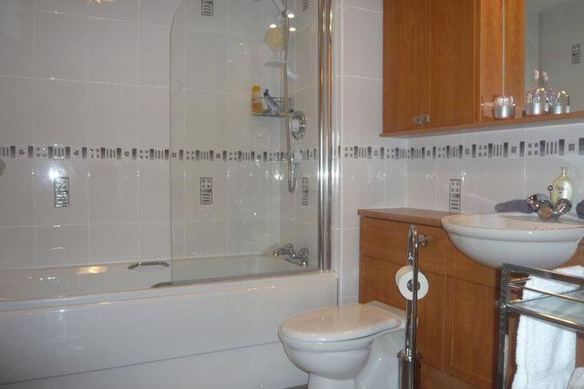 397 Links Road − Bathroom