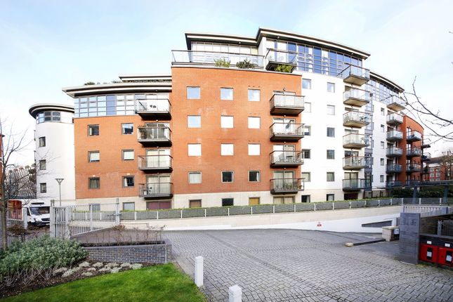 2 bed flat to rent in Montaigne Close, Westminster