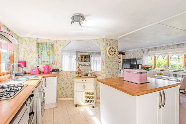 2 bedroom mobile/park home for sale in Surrey Hills Residential Park, Boxhill Road, Tadworth