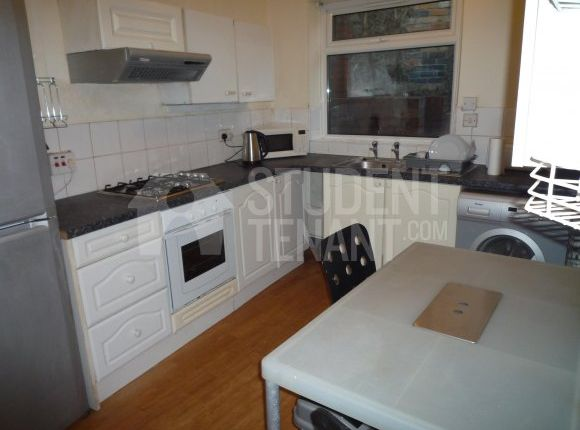 Thumbnail Shared accommodation to rent in Cardiff Road, Pontypridd