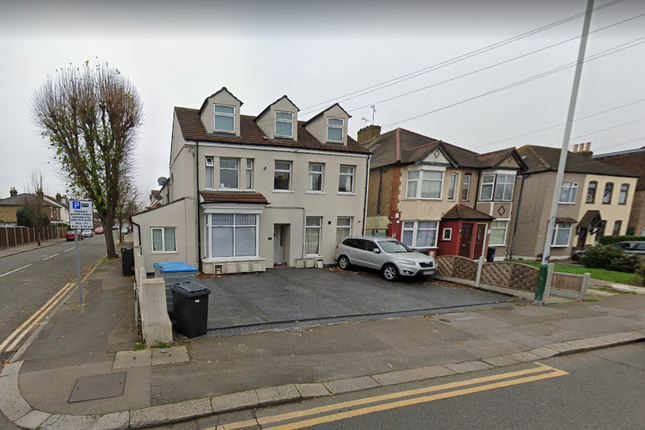 1 bed flat to rent in Heath Park Road, Romford Essex RM2