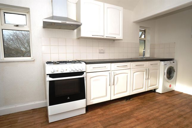 3 bed flat to rent in Redhill Road, Hitchin