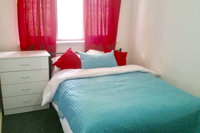 Room to rent in Layard Square, London SE16