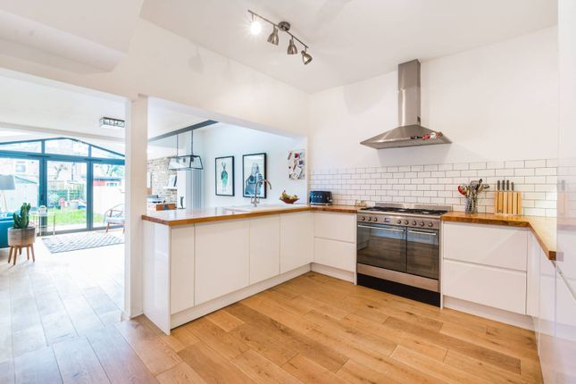 2 bed property to rent in Gloucester Road, Walthamstow