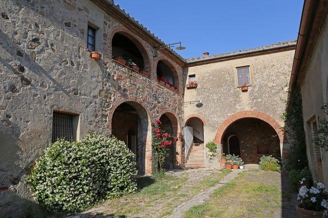 Piandolmo Montepulciano Courtyard