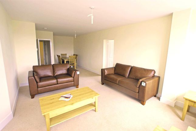 2 bed flat to rent in Molesey Road, Hersham, Walton-On-Thames KT12