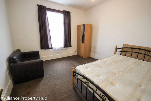 Thumbnail Flat to rent in Grosvenor Road, Ilford