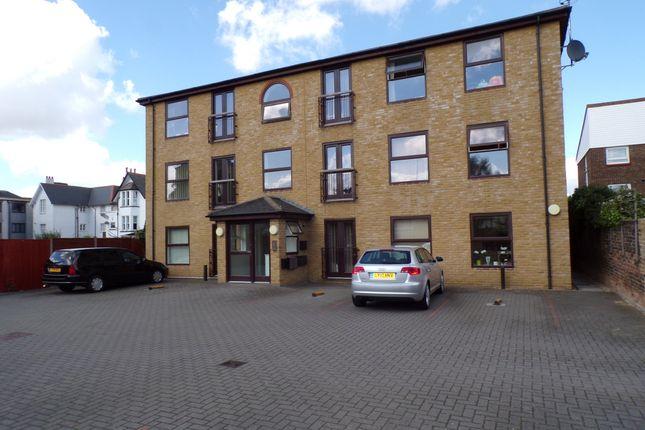 2 bed flat to rent in Laburnum Grove, Northfleet, Gravesend