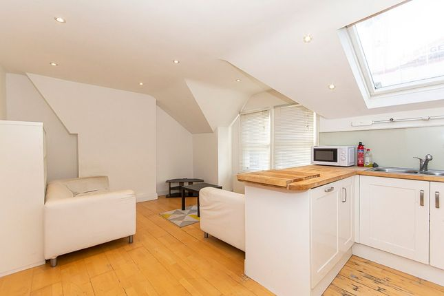 2 bed flat to rent in Eckstein Road, London SW11