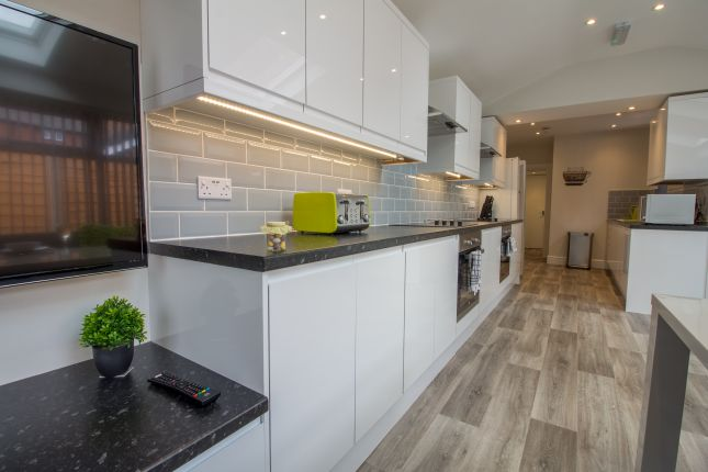 Thumbnail Room to rent in Poplar Grove, Stepping Hill, Stockport, Cheshire