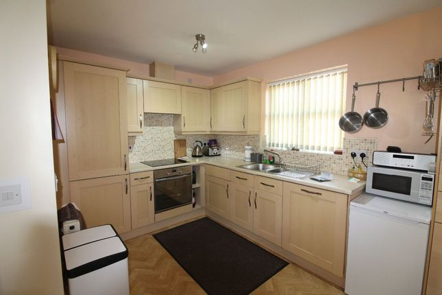 2 bed flat to rent in Riddles Court, Watnall, Nottingham NG16