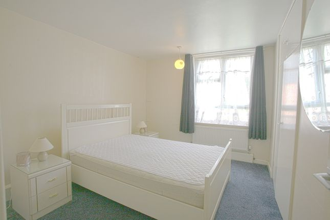 Thumbnail Flat to rent in Falcon Grove, London