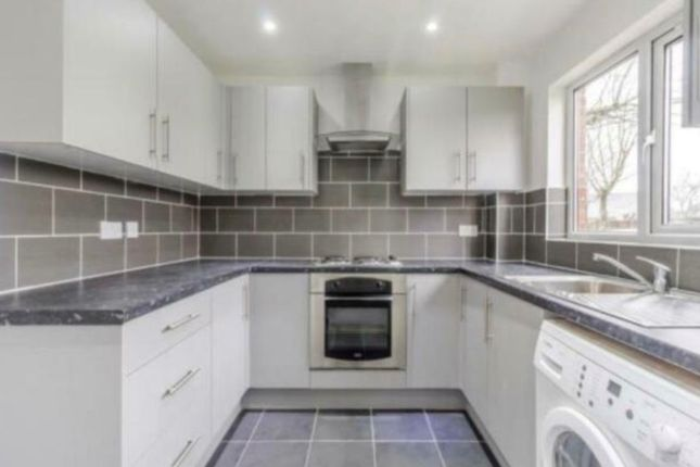 2 bed flat to rent in Pedley Road, Chadwell Heath, Romford RM8
