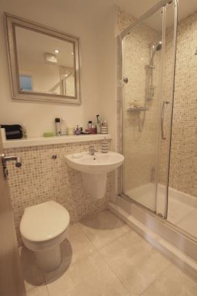 En-Suite of Haughview Terrace, Oatlands, Glasgow, Lanarkshire G5