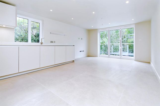 3 bed flat to rent in Beech Drive, Borehamwood WD6