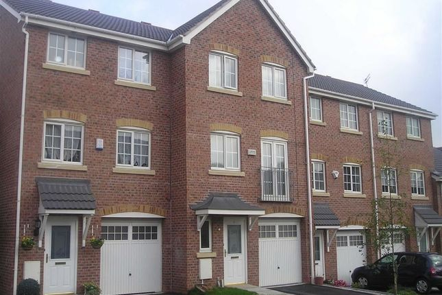 Thumbnail Town house to rent in Kingsdale Close, Bury, Lancashire