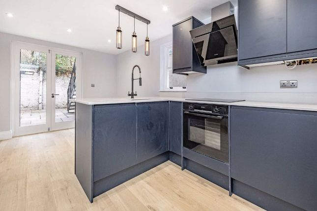 2 bed flat for sale in Stirling Road, Stockwell, London SW9