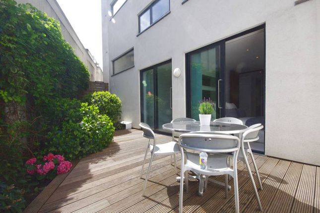 Thumbnail Flat to rent in Oval Road, London