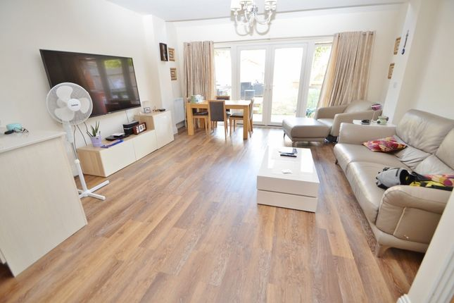 Thumbnail Property to rent in Foxherne, Langley, Slough