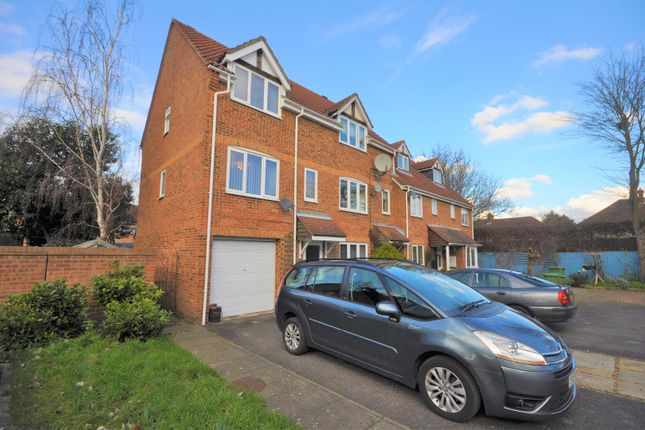 3 bed town house for sale in Heathfield Drive, Mitcham