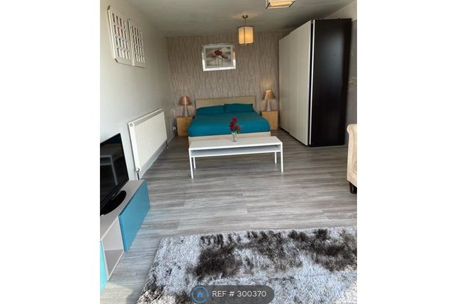 2 bed bungalow to rent in Stapleford Road, Romford RM4