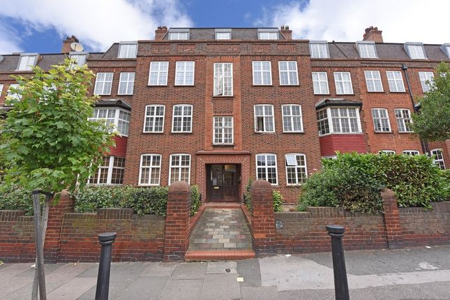 Thumbnail Flat to rent in Leigham Avenue, London