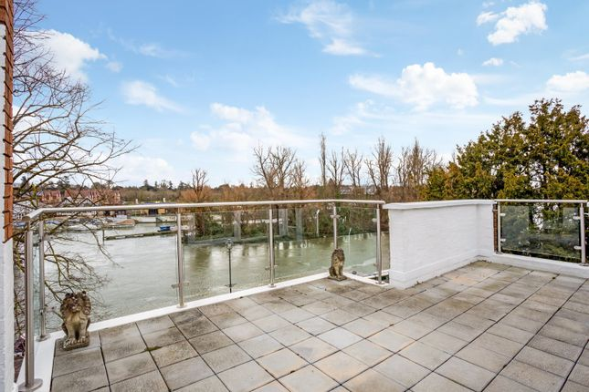 Thumbnail Flat for sale in Riverine, Grosvenor Drive, Maidenhead, Berkshire