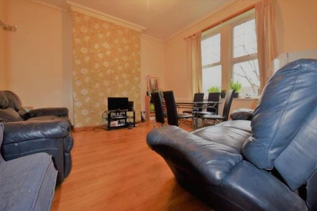 Thumbnail Flat to rent in 6 Holly Bank, Headingley