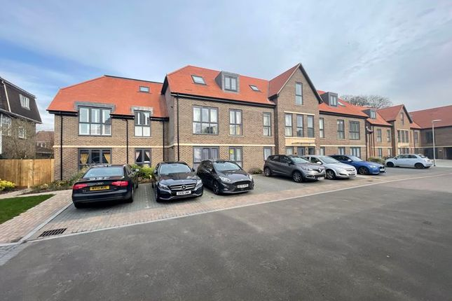 2 bed flat for sale in Frances Drive, Dunstable LU6