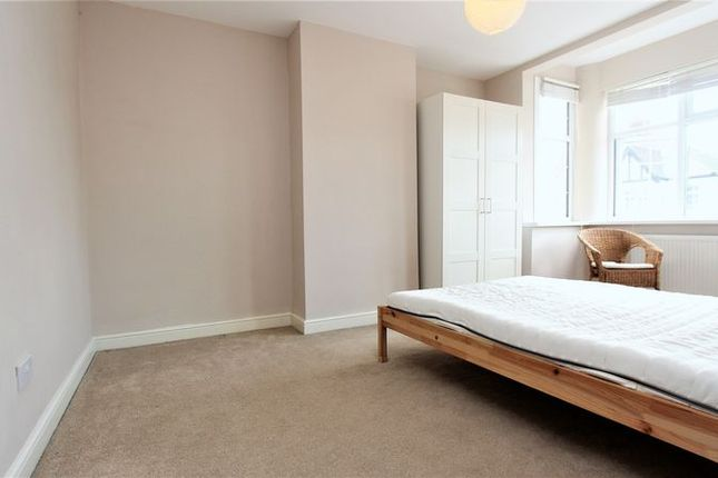 2 bed flat to rent in Perth Road, London