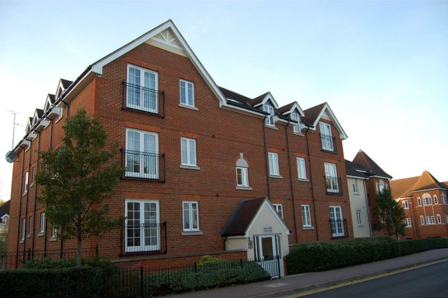 2 bed flat to rent in Whinbush Road, Hitchin SG5