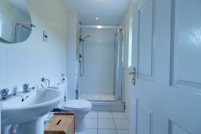 En-Suite of Broom Mills Road, Farsley, Pudsey LS28