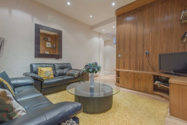 Flat to rent in Earls Court Road, Earls Court, London