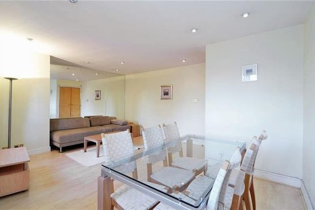 2 bed flat to rent in The Porticos, Kings Road, London