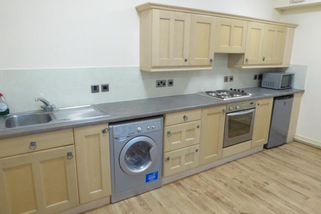 2 bed flat to rent in High Street, Staines, Middlesex