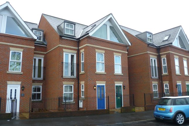 Thumbnail Town house to rent in Mumby Road, Gosport