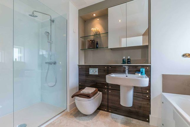 Master Ensuite of Brighouse Park Cross, Edinburgh EH4