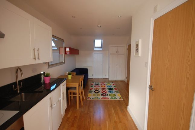 Flat to rent in Finsbury Park Road, London