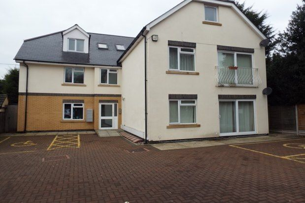 2 bed flat to rent in Aveley Road, Romford RM1