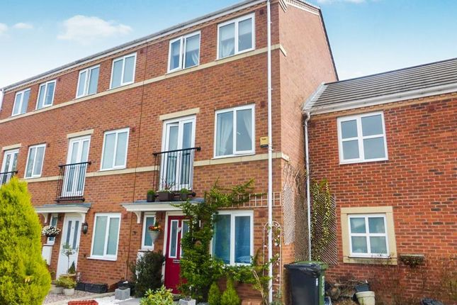 Thumbnail Town house to rent in Gloucester Close, Redditch