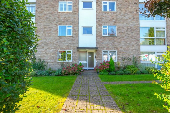 2 bed flat for sale in Snakes Lane West, Woodford Green, Essex IG8