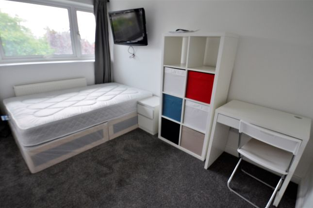 Shared accommodation to rent in Queens Drive, Guildford